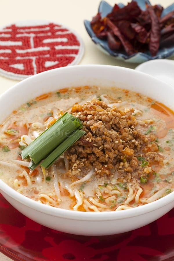 Dandan nudlar med grodden och finhackat griskött i kinesisk stil royaltyfri foto