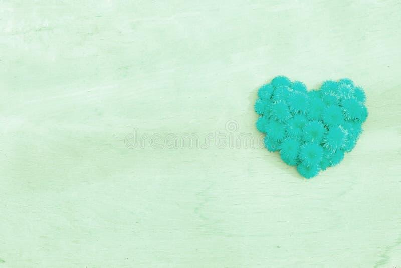 Dandelion serce na drewno powierzchni tła copyspace obraz royalty free