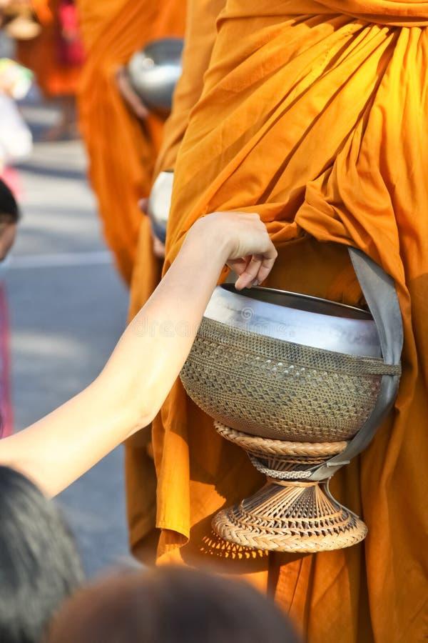 Dando agli obiettivi dei monaci tailandesi fotografie stock libere da diritti