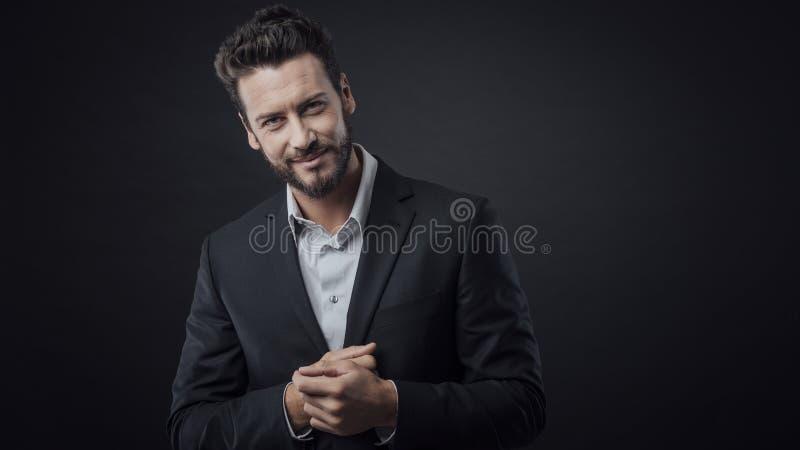 Dando boas-vindas ao homem de negócios que sorri na câmera fotos de stock