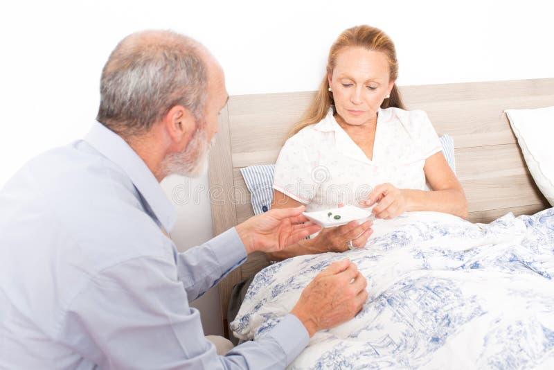 Download Dando Farmaco Ad Una Donna Anziana Immagine Stock - Immagine di famiglia, base: 55353265