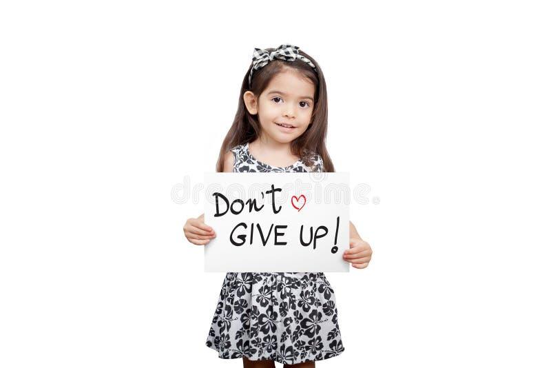 Dando il concetto di incoraggiamento, la ragazza sveglia che tiene un ` t di indossare smette fotografia stock