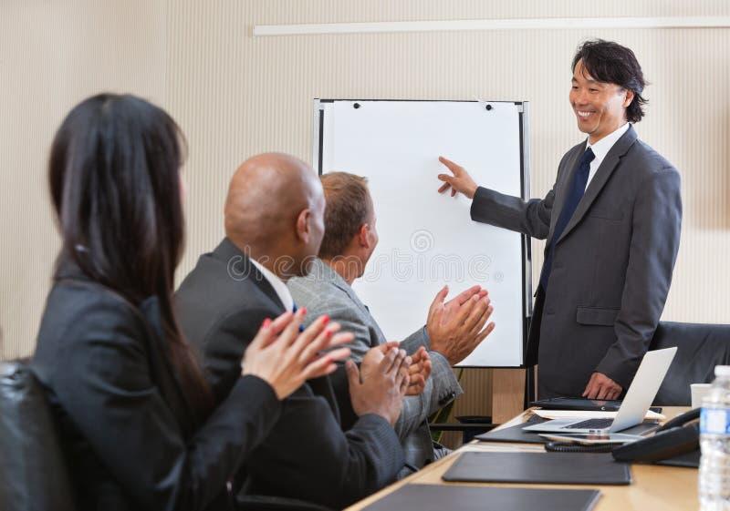 Dando o aplauso na conferência de negócio imagens de stock
