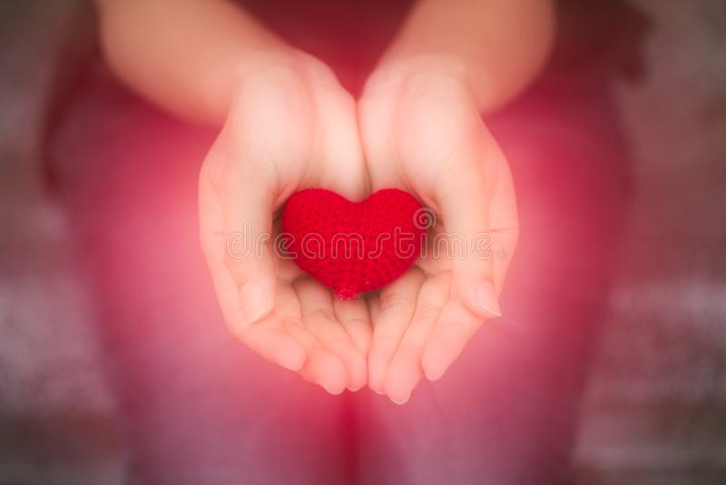 Dando o cora??o coração vermelho do amor do close up na mão adolescente da menina fotografia de stock royalty free
