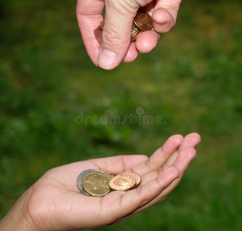 Dando o dinheiro fotografia de stock