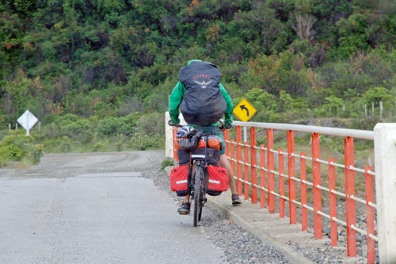 Dando um ciclo ao longo do Carretera Austral, Patagonia, o Chile imagem de stock