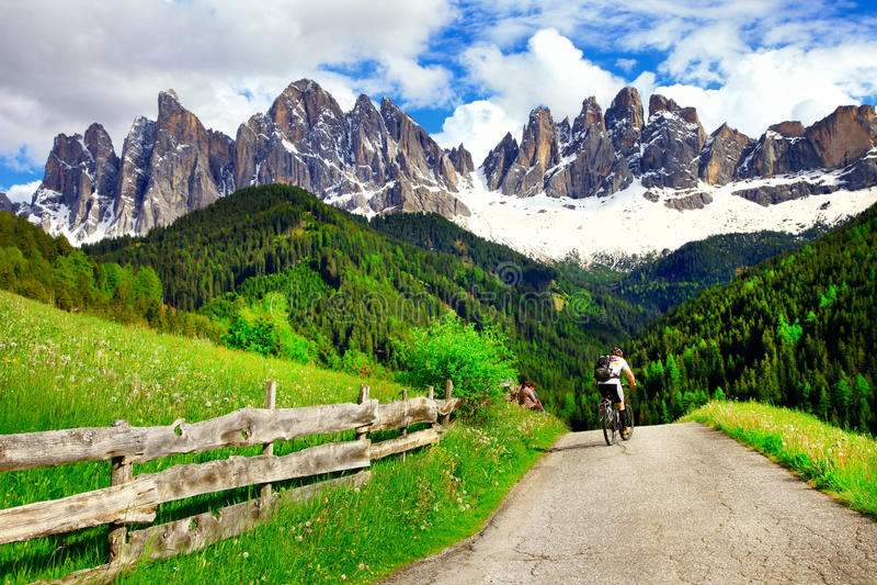 Dando um ciclo nas montanhas, dolomites Itália norte imagem de stock royalty free