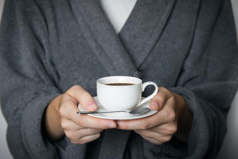 Dando uma chávena de café foto de stock royalty free