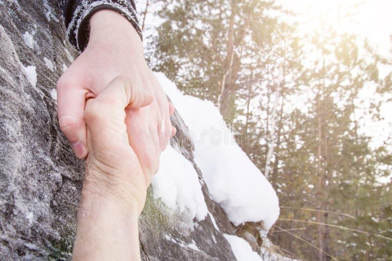 Dando uma mão amiga Neve nas montanhas fotos de stock royalty free