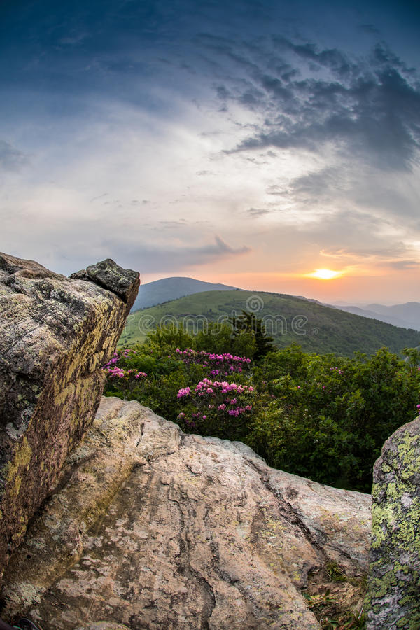 Dando una occhiata attraverso le rocce al tramonto immagine stock libera da diritti