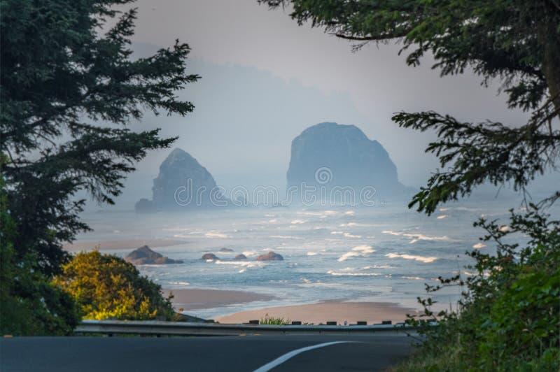 Dando una occhiata sopra la strada alle rocce di Haystock fotografia stock libera da diritti