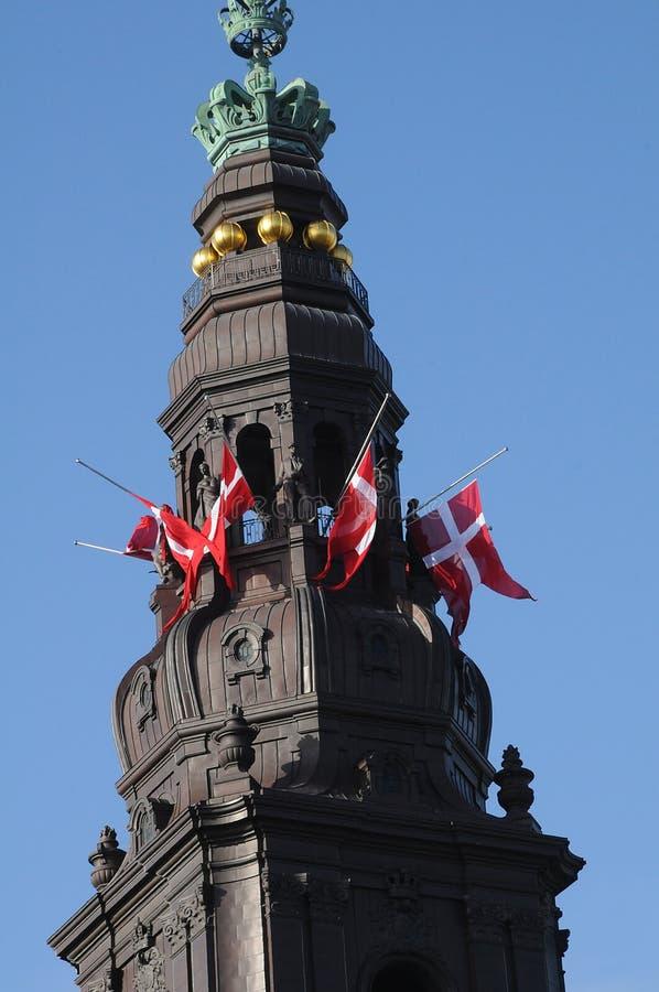 DANEBROG połówki maszt PRZY CHRISTIANSBORG pałac zdjęcia stock