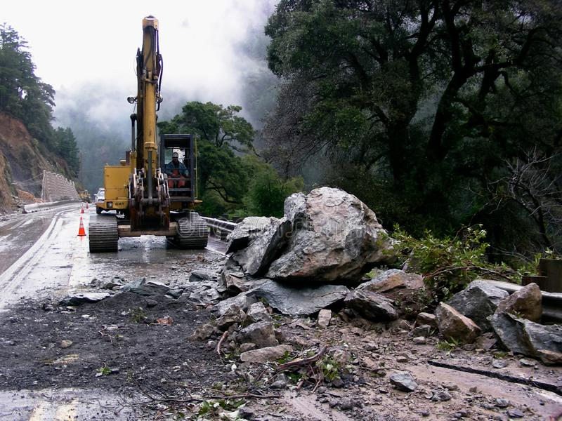 Danger d'automne de roche sur la route photos libres de droits