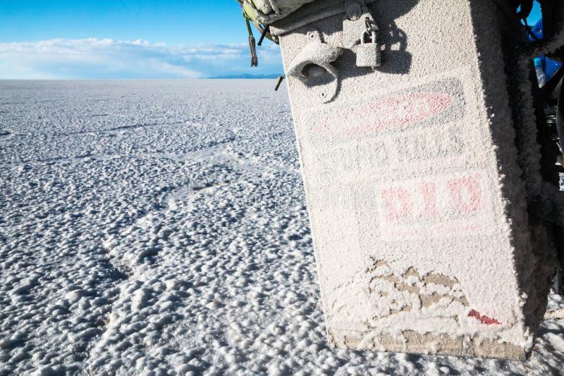Danger de sel pour la moto dans Uyuni images libres de droits