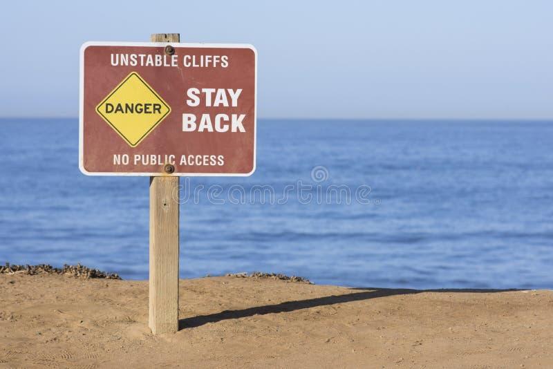Danger - les falaises instables se connectent des bluffs de bord de la mer image stock