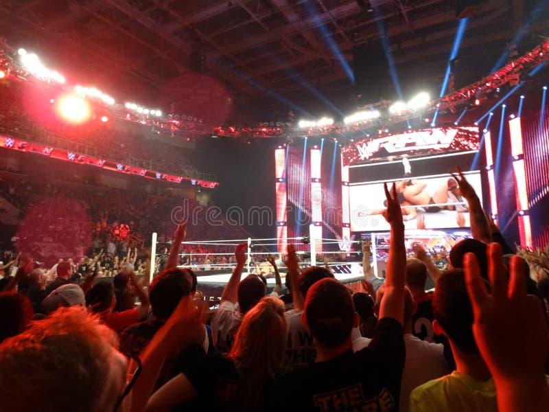 Daniel Bryan speldt Dolph Ziggler in midden van ring als menigtetelling stock foto