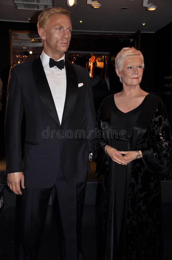 Daniel Craig and Judy Dench wax statue stock photography