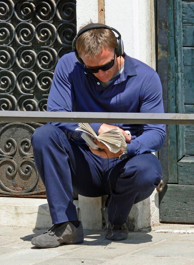 Daniel Craig que relaxa em Veneza fotos de stock