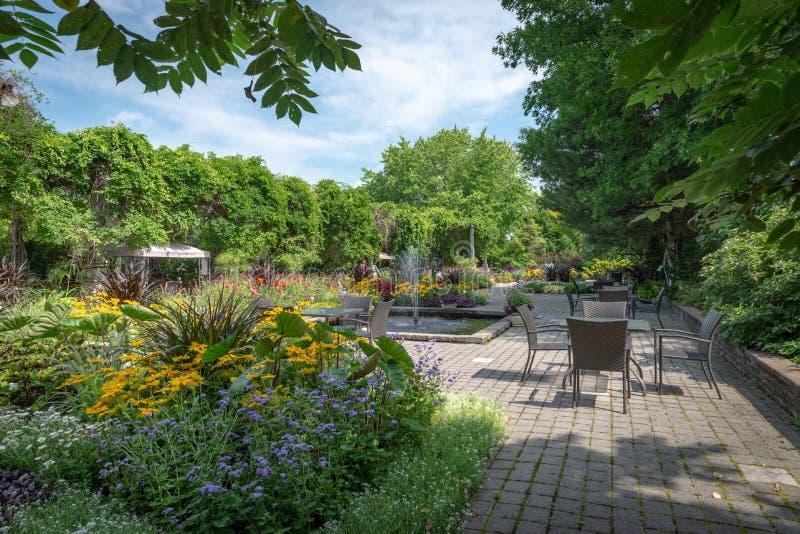 Daniel A Främre trädgård för Seguin besökaremitt med olika ettåriga växter, Quebec arkivfoton