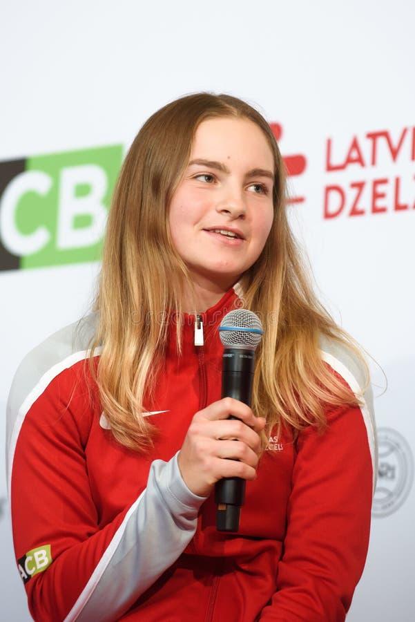 Daniela Vismane, Team Lettland Mitglieder von Team Latvia für FedCup, während des Treffens von Fans vor Erstrundespielen der Welt lizenzfreie stockfotografie