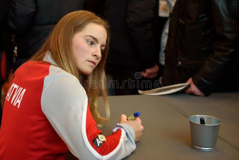 Daniela Vismane, Team Lettland Mitglieder von Team Latvia für FedCup, während des Treffens von Fans vor Erstrundespielen der Welt stockbilder