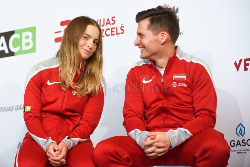 Daniela Vismane und Adrians Zguns, Kapitän des Teams Lettland Mitglieder von Team Latvia für FedCup, während des Treffens von Fan stockfotos