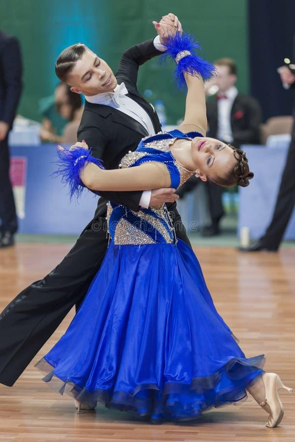 Daniil Shmidt- und Alina Gumenyuk Perform-Youth-2 Standardprogramm über nationale Meisterschaft stockfotos