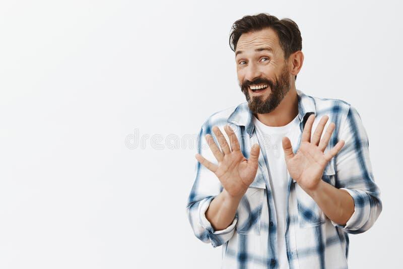 Dank ben ik fijn Zenuwachtig beleefd knap rijp mannetje die aanbieding van vreemdeling met vriendschappelijke uitdrukking, het ze stock foto