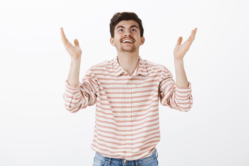 Dank-Gott ist es Freitag Porträt des dankbaren erfolgreichen männlichen Lehrers in gestreiftem Hemd, Hände anhebend und oben scha stockfotografie