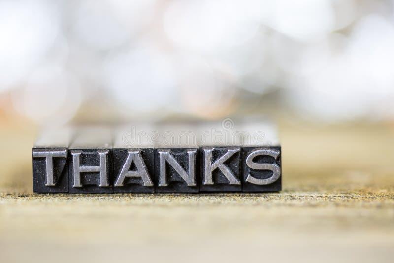 Dank-Konzept-Weinlese-Metallbriefbeschwerer-Wort lizenzfreies stockfoto