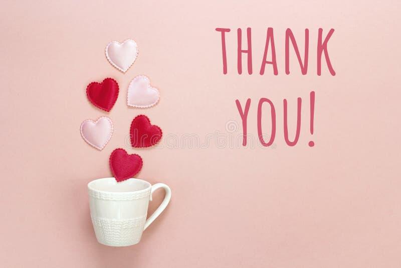 Dank u bericht en koffiekop met harten die uit het komen o stock afbeelding