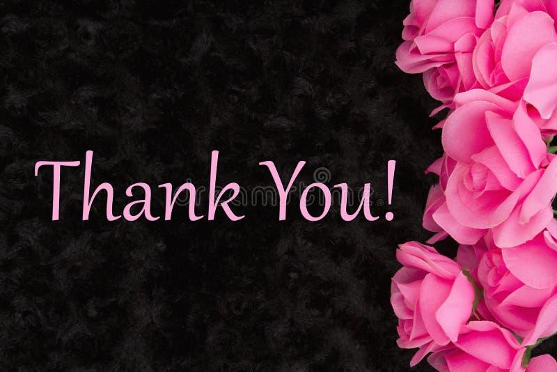Dank u bericht met roze rozen op zwarte stock foto's