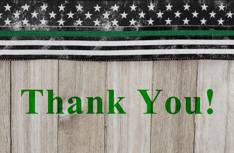 Dank u bericht op een Amerikaanse dunne groene lijnvlag voor de agenten van de grenspatrouille stock foto