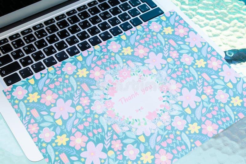 Dank u kaarden zitting op een computertoetsenbord, dank u online stock foto's