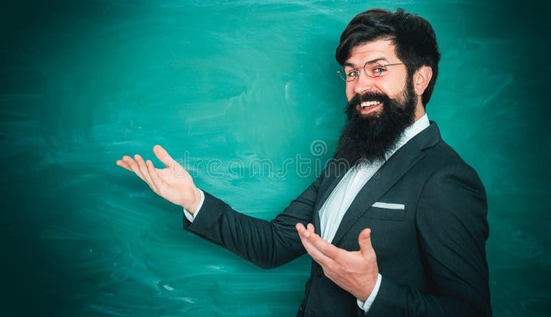 Dank u leraar Professor in klasse op bordachtergrond Portret van mannelijke Universitaire Student binnen Middelbare school stock fotografie