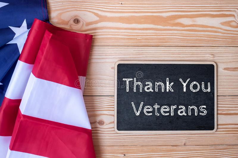 Dank u Veteranentekst in bord met vlag van de Verenigde Staten van Amerika op houten achtergrond wordt geschreven die royalty-vrije stock fotografie