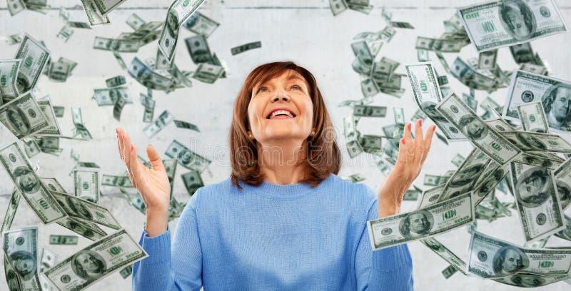 Dankbaar hoger vrouw en geld die hierboven vallen van stock foto