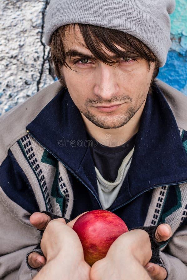 Dankbare Augen des obdachlosen Mannes lizenzfreies stockbild