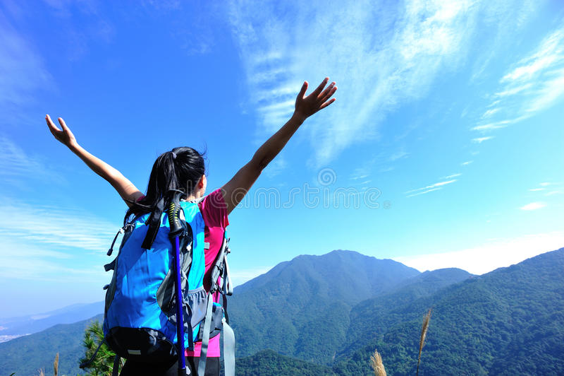 Dankbare Bergsteigenfrau stockfotos