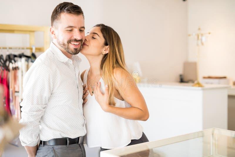 Dankbare Frau, die ihren Ehemann küsst stockfotos