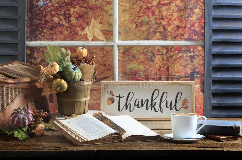 Dankbare Zeichen-, Buch-und Kaffee-alte hölzerne Tischplatte lizenzfreie stockfotografie
