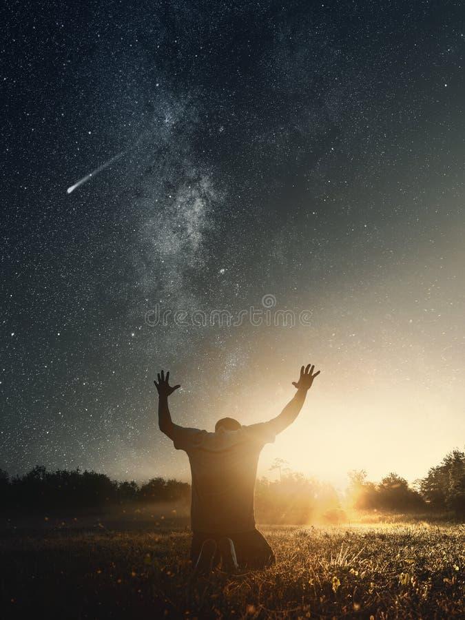 Dankbarer Mann, der morgens zum Gott betet lizenzfreies stockbild