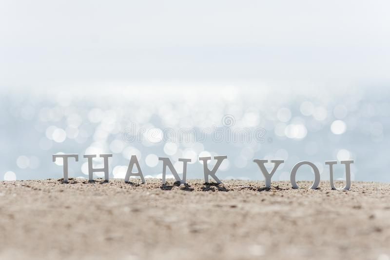 Danke abzufassen gezeichnet auf den Strandsand stockfotos