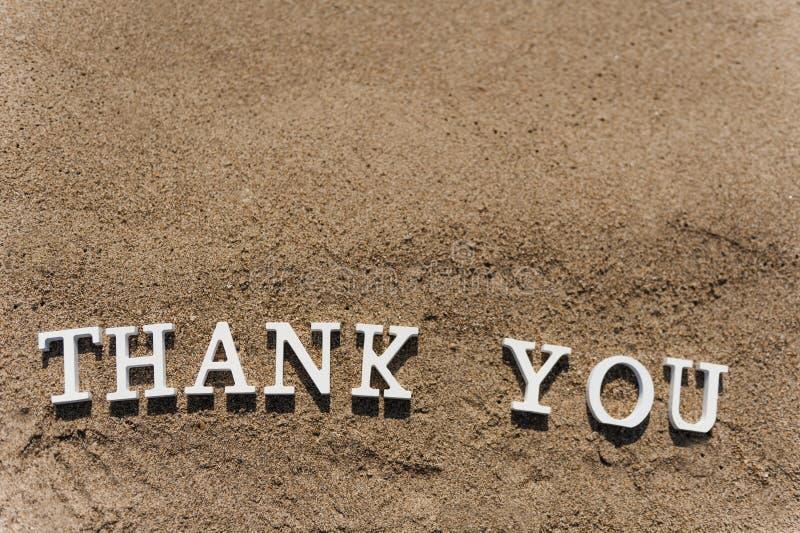 Danke abzufassen gezeichnet auf den Strandsand stockbild