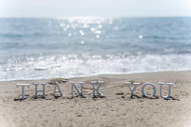 Danke abzufassen gezeichnet auf den Strandsand stockfoto