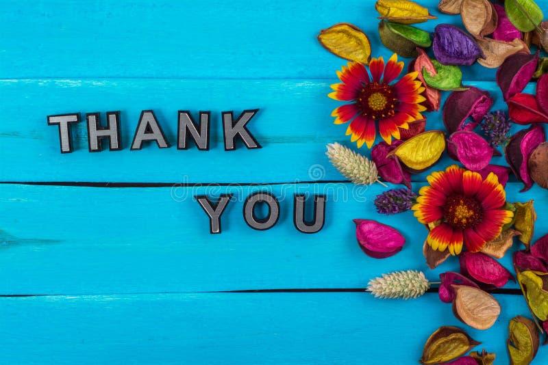 Danke, auf Purpleheart mit Blume abzufassen stockfotos