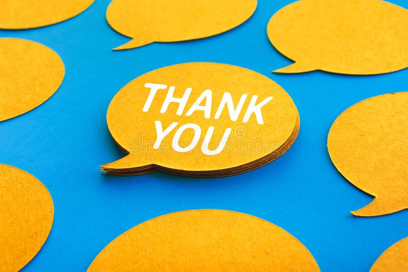 Danke Konzepte mit Schwätzchen, Spracheblasenikonen auf blauem Farbhintergrund lizenzfreies stockfoto