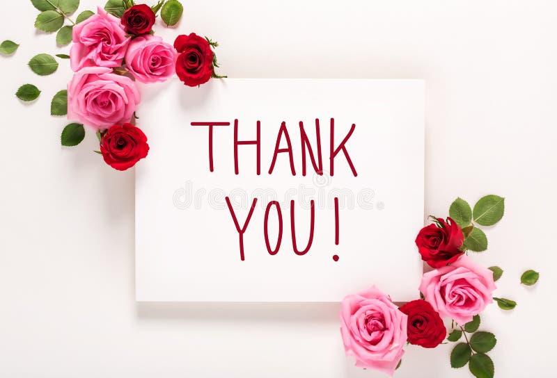 Danke Mitteilung mit Rosen und Blättern stockfotos