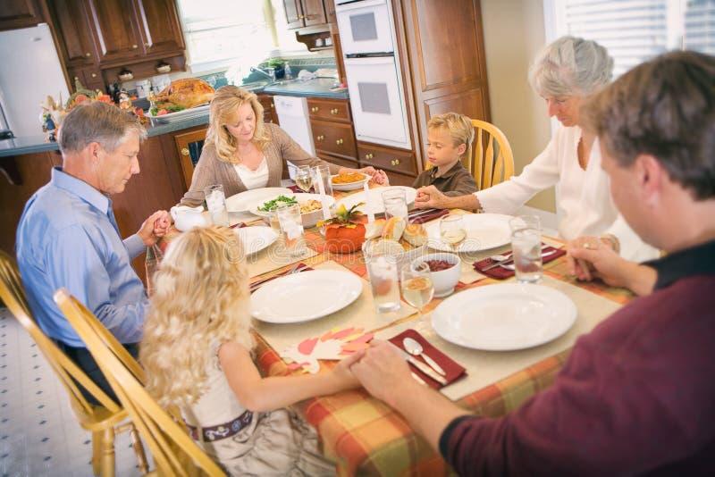Danksagung: Familie hat Segen vor Danksagungs-Abendessen lizenzfreies stockbild