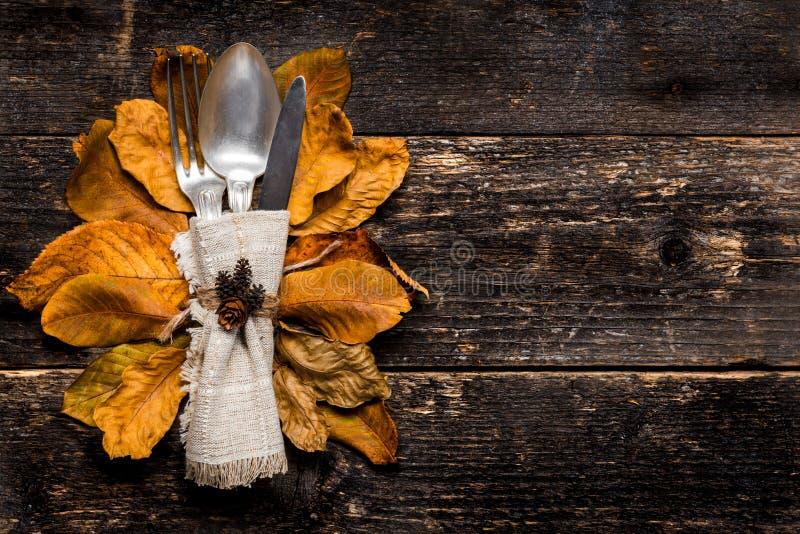 Danksagungs-Mahlzeit-Einstellung Saisongedeck Danksagungsherbstgedeck mit Tischbesteck und buntem Fallfall verlässt stockfotos